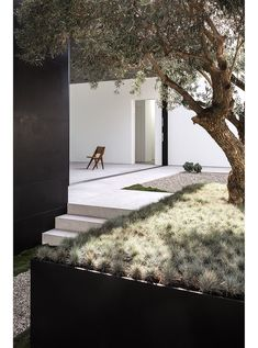 Simple garden design is really calming. Imagine sitting there surrounded by flowers and plants while you're enjoying the atmosphere. Nice feeling, right?Because of that, I have these 19 garden design pictures for you. These modern garden designs will insp Patio Design, Exterior Design, Courtyard Design, Home Design, Landscape Architecture, Landscape Design, Minimalist Garden, Garden Pictures, Modern Landscaping