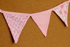 Presentes e Mimos - Bandeirinhas de tecido - Rosa V -  {Pronta-entrega} - faixa com aproximadamente 1,40 m - 10 bandeirinhas de tecido com fino acabamento - cada bandeirinha mede aproximadamente 12 cm x 12 cm - www.tuty.com.br #tuty #presentes #mimos #bandeirinhas #tecido