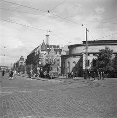 wedish Theatre and Stockmann department store, Helsinki, 1946. Katunäkymä Helsingin Mannerheimintieltä. Etualalla Ruotsalainen teatteri (Svenska teatern) ja taustalla Stockmannin tavaratalo. Kuvausaika arvioitu kuukauden tarkkuudella.