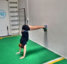 beginner-handstand-wall-hold