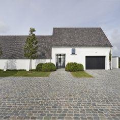 Vlassak Verhulst Villabouw klassiek landelijk tijdloos cottage boerderij renovatie hedendaags wit doorzicht kassei tuinarchitectuur blauwe pan