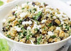 Una ricetta vegetariana, leggera e fresca ma senza rinunciare al gusto, l'insalata di quinoa con feta e melanzane è ideale per i primi caldi