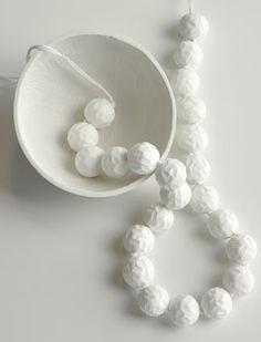 Chequita Nahar - Boesi - necklace, 2010, porcelain, thread - 1050 x 28 mm