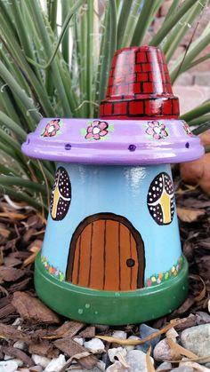 Además de usarlas para sembrar plantas, las macetas de barro pueden ser perfectas cómo objetos decorativos dentro de tu hogar o como conten...