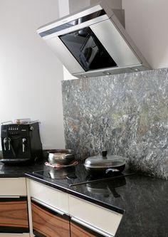 Kamienne granitowe blaty Antique Brown, a na ścianie wyszczotkowany Metalicus.