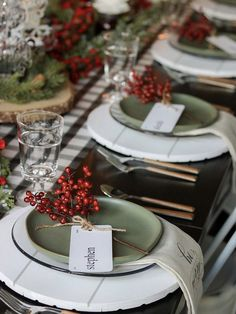 Dekoration Weihnachten - Classic Red and Green Christmas Tablescape Ideas Green Christmas, Christmas Holidays, Christmas Crafts, Simple Christmas, Christmas Wedding, Christmas Table Settings, Christmas Tablescapes, Holiday Tablescape, Dinner Table Settings