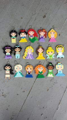 Porte-clés Princesses Party Favors par BurritoPrincess sur Etsy Plus Easy Perler Bead Patterns, Perler Bead Templates, Pearler Bead Patterns, Diy Perler Beads, Perler Bead Art, Hama Disney, Art Perle, Pokemon, Hama Beads Design