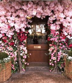 entrance to The Ivy Chelsea Garden in London Pretty In Pink, Pink Flowers, Beautiful Flowers, Romantic Flowers, Beautiful Dresses, Deco Floral, Floral Arch, Chelsea Garden, Flower Aesthetic
