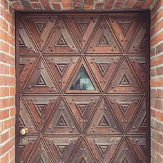 Kind of impressed of this door #berlin #kreuzberg #door #geometrical #architecture #winterspaziergang #triangle #geometrie #dasandereberlin #kiez #kiezliebe #woodart #berlingram #igberlin #dreiecknichtvergessen