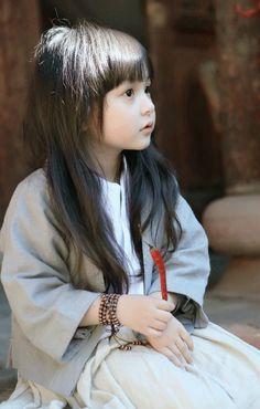 chinaism:刘楚恬小朋友身穿改良式汉服(Hanfu)cute little Liu Chutian was playing with a …..chilli LOL /(^o^)\