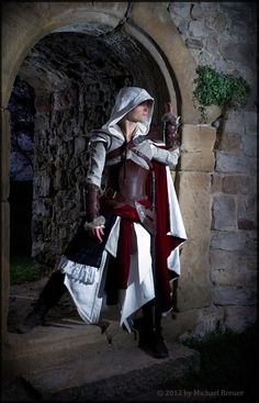 Epic women's Assassin's Creed cosplay. Finally one that doesn't look like it was in a Victoria's Secret magazine. . .