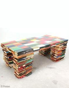 On attable ses vieux livres. A l'image de la superbe Book-table de Richard Hutten (www.richardhutten.com). Le truc : coller les livres autour d'une table -  will a real books' lover  do this ???