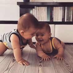 Cute Funny Baby Videos, Funny Baby Memes, Cute Funny Babies, Funny Videos For Kids, Cute Funny Animals, Cute Baby Animals, Funny Kids, Cute Baby Twins, Cute Little Baby