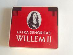 Blikken sigarendoosje Willem II. Bij mij zaten en zitten er poëzie album plaatjes in.