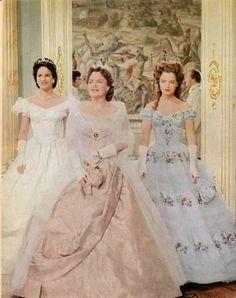Hier zie je sisi in deel 1 in de film samen met haar moeder en zus.