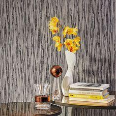 митация структуры раскатанного ствола бамбука из коллекции Barbara Home Collection II фирмы Rasch создает удивительные цветовые переходы, а серебро и перламутр дополнительно подчеркивают природную красоту материала.