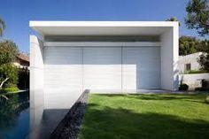 Resultado de imagem para fachada de muro de casa com portao pequeno e um grande com detalhes de pedras