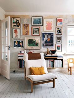 Love this great picture wall and the white floor boards in this living space #livingroom
