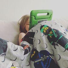 Terveiset lasaretista!🤒 Olin kauhea äiti ja pakotin potilaan katselemaan Yle Areenasta luontodokumenttia YouTuben sijaan.🌿🍁🌍Tuossa Ninjago-peittokasassa nyt kuitenkin hengataan todennäköisesti iltaan asti. #lapsi #sairastaa #potilas #yleareenapelastaa #flunssakausi #youtube #diginatiainen #viihdevintiöt