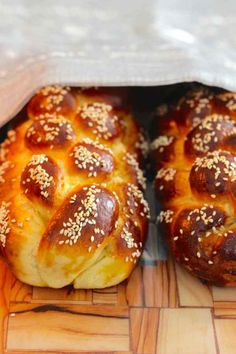 Challah is a traditional Jewish bread, close to a brioche, that is often braided. Challa Bread, Jewish Bread, Bible Food, Challah Bread Recipes, Bread Art, Jewish Recipes, Mediterranean Recipes, Sweet Bread, Bread Baking