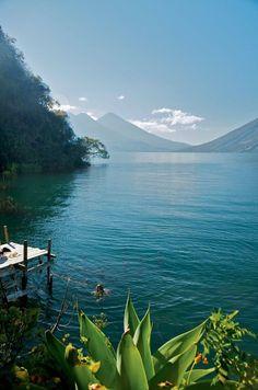 Lake Atitlan, Guatemala.Rodeado de volcanes hay doce pueblos con nombre de santos,cada uno con su propio dialecto y sus colores en el vestir.El lago está en el crater de un volcan ( dicen )