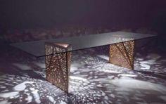 Biennale di Venezia 2010: il tavolo Riddled di Horm in mostra - Il tavolo Riddled di Horm, disegnato, così come l 'omonimo sideboard, da Steven Holl, segue la stessa linea utilizzando un sottile foglio di legno forato ad hoc per garantire un gioco di luci e ombre dall'effetto garantito. Il piano orizzontale è in vetro trasparente per far risaltare le gambe.