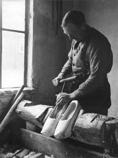 Een klompenmaker maakt klompen