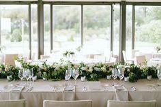 Mesas largas con guirnalda de flores. Boda en Barcelona organizada por Detallerie. Setting with long tables and flower garlands. Wedding in Barcelona by Detallerie wedding planners.