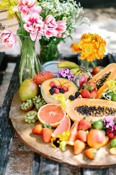 A Rainbow Picnic That'll Make Earth Day Your New Favorite Holiday - Camille Styles (Favorite Holiday) Antipasto, Healthy Snacks, Healthy Eating, Healthy Recipes, Delicious Recipes, Tapas, Fruit Plate, Cocktails, Fruits And Veggies