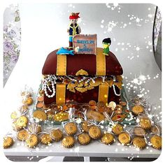Jake and the Never Land Pirates Cake... treasure chest for cake Love the cupcakes