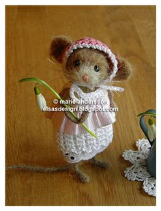By Fröken Elsas. Isn't she precious! Mouse Crafts, Felt Crafts, Needle Felted Animals, Felt Animals, Wet Felting, Needle Felting, Crochet Mouse, Felt Mouse, Cute Mouse