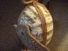 pisanka z nutkami i ptaszkiem ze sznurka