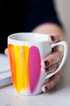 Geschenk Ideen – DIY Abstract Brushstroke Mug by Cyd Converse Chalk Paint Mason Jars, Painted Mason Jars, Diy Hanging Shelves, Diy Wall Shelves, Wine Bottle Crafts, Mason Jar Crafts, Diy Blanket Ladder, Painted Mugs, Alcohol