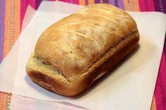 Muitas pessoas relutam em fazer pão em casa por achar muito trabalhoso e demorado, mas isso é um exagero. A demora de um pão está no tempo de fermentação, mas a manipulação da massa é rápida. Aqui em casa quase...