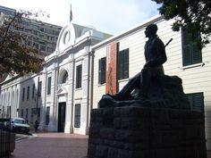 Slave Lodge and Jan Smuts statue Table Mountain, Beach Tops, Old Building, History Museum, Supreme Court, Cape Town, Family History, Old Houses, Offices
