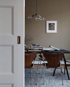 Series 7 chair by Arne Jacobsen   Fritz Hansen @fritz_hansen Loop dining table   HAY @haydesign @gulleds Photo via alvhemmakleri.se #arnejacobsen #fritzhansen #danskdesign #danishdesign #scandinaviandesign #design #interior #interiordecor #interiordesign #inredning #inredning #stol #diningchair #chair #kalmar #copenhagen #denmark #furniture #haydesign by kalleseverinnilsson