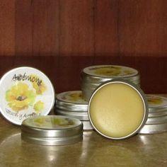 40 gr Cera de abeja 90 gr Manteca de Karité 20 gr Aceite de Almendras Preparación: Se derrite la cera de abeja y la manteca a baño maría, cuando esté todo derretido se retira del fuego y se añade e…