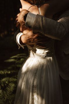 Wedding Couple Photos, Wedding Pics, Outdoor Wedding Photography, Dreamy Photography, Wedding Photoshoot, Wedding Shoot, Shooting Couple, Wedding Photo Inspiration, Forest Wedding