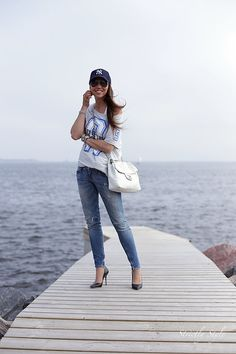 Sporty outfit with a baseball cap and black stillettos