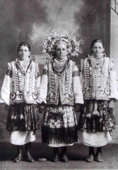 Resurrecting the Incredible Flower Crowns of Old Ukrainian Wedding Photos - Atlas Obscura Funny Wedding Photos, Vintage Wedding Photos, Vintage Wedding Hair, Vintage Photos, Vintage Weddings, Country Weddings, Lace Weddings, Beach Wedding Flowers, Folk Costume
