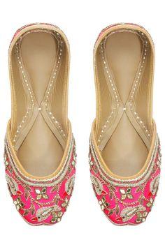 beautiful pink embroided punjuabi jutti For any imfomation contect  the whatsaap 8054341914 Pinterest:@raja_cloth