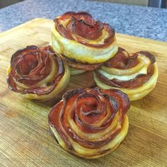 Hier seht ihr, wie ihr leckere Pizza Rosen zubereiten könnt. :-) Ein günstiges Blech dafür findet ihr hier: Rosenstein & Söhne Antihaftbeschichtetes Muffinblech für 12 Cupcakes