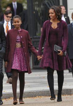 This is style. Sasha Obama and Michelle Obama Michelle Et Barack Obama, Michelle Obama Fashion, Barack Obama Family, Obamas Family, Obama President, Malia Obama, Obama Daughter, Durham, Presidente Obama