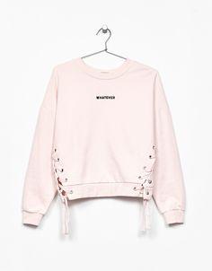 İşlemeli ve yazılı kurdeleli sweatshirt. Bununla beraber her hafta Bershka'da yeni ürünleri keşfedin