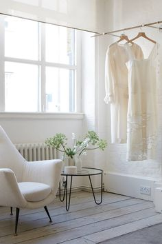 [i]Samples hang in the atelier, where pared down design reflects the easy luxury of Anna's clothing line. Simplicity In Life, Country Living Decor, Swedish Decor, Minimalist Home Interior, White Paints, Interior Inspiration, Interior Design, House Styles, Modern