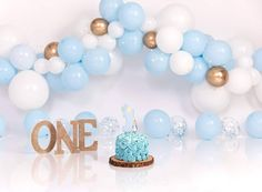 Pale blue and white with a touch of gold, lovely set up for a cute little boy for his birthday cakesmash ❄️ . Baby Boy 1st Birthday Party, 1st Birthday Photos, Cake Smash Backdrop, First Birthday Decorations, Birthday Background, Birthday Photography, First Birthdays, Touch, Backdrops For Photography