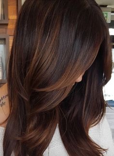 Trendy Hair Color Highlights : Are you looking for hair color dark hairdos See our collection full of hai Cabello Color Chocolate, Dark Hair With Highlights, Chocolate Hair With Caramel Highlights, Brown Hair With Lowlights, Brown Blonde, Dark Chocolate Hair Color, Chestnut Highlights, Blonde Ombre, Blonde For Dark Skin