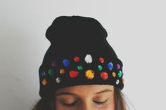 Gorro decorado con perlas Beanie, Clothing, Silver, Outfits, Fashion, Wool Hats, Upcycled Clothing, Pom Poms, Tulle