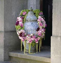 Een kleine krans voor om de urn    Vind meer inspiratie over bloemen voor het afscheid en de uitvaart op http://www.rememberme.nl/rouwbloemen-rouwdecoratie/