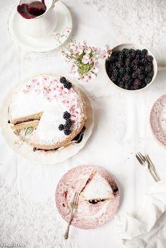 Victoria Sponge Cake with Blackberry Compote - Vikalinka Summer Cake Recipes, Summer Cakes, Dessert Recipes, Slow Cooker Desserts, Just Desserts, Delicious Desserts, Victoria Sponge Cake, Beautiful Desserts, Cake Photography